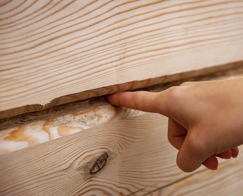 Щель в деревянной стене